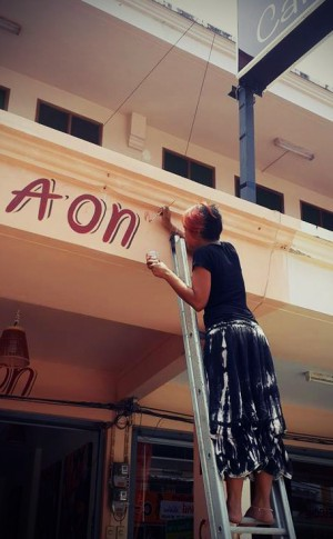 Aon painting her coffee shop