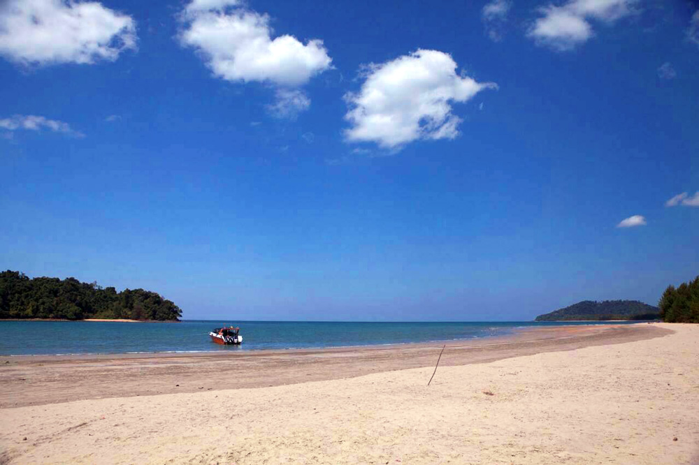 Deserted white sandy beaches of Koh Prathong